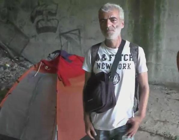 Edoardo vive sotto un ponte in tenda a Novara