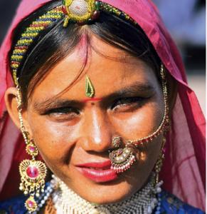 fec56c04b1 Un giro del mondo al femminile con oltre 100 immagini dedicate alle donne  di vari Paesi. Un omaggio alla bellezza, alla varietà di sembianze e  costumi, ...